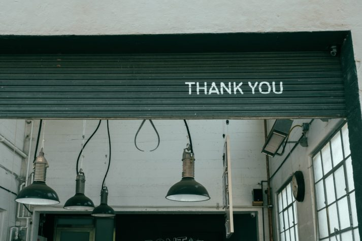 "Portone di un'officina con la scritta ""THANK YOU"""